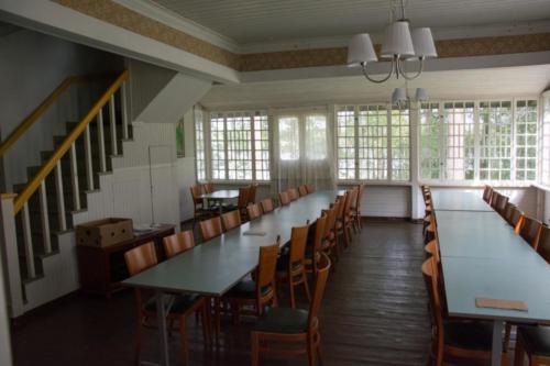 Pöytäjärjestelyt salissa on vapaasti muunneltavissa.