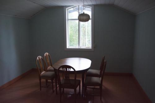 Yläkerrassa on pieniä huoneita.
