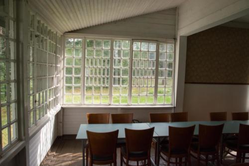 Vanhat ikkunat siivilöivät valoa tunnelmallisesti.