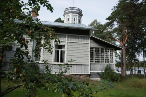 Rientola on keskellä Petäjäksen historiallista maisemaa.