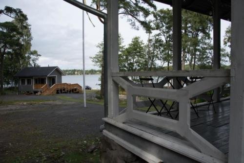 Terassilta näkyy Rientolan sauna ja Syväraumanlahtea.